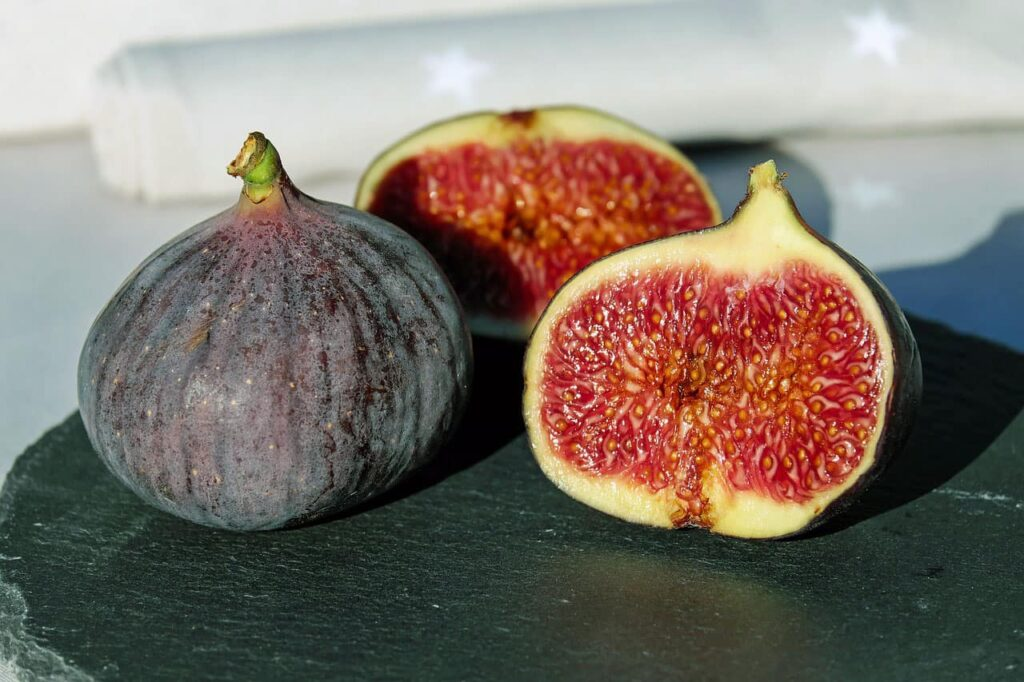 The organic acid and various enzymes found in figs protect the liver and help in sterilization, clear heat, intestinal moisture and digestion