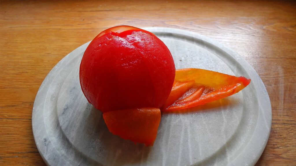Tomato peel can prevent cancer. Lycopene is a natural substance with the strongest antioxidant capacity found so far