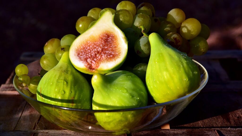 Figs are rich in dietary fiber, pectin, and other nutrients, and fig pulp is also rich in water. After eating figs, it increases the intestinal contents, moisturizes the intestines.